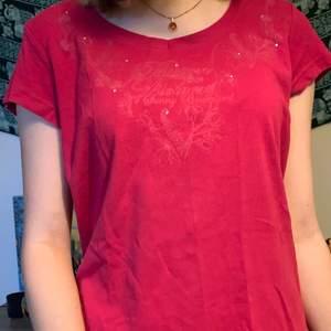 Jättesnygg t-shirt med tryck och rhinestones. Den är tyvärr inte min stil så den har inte kommit till användning. Tröjan är i bra skick även fast den är ganska gammal.💞