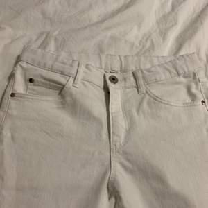 Säljer ett par vita jeans med knappar längst ned. Stressigt material. Endast använda ett fåtal gånger. Säljer på grund av att jag aldrig använder vita byxor.