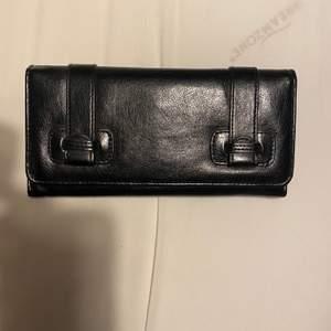 Säljer denna skit snygga plånbok. Den är i jätte bra skick. Undrar man över något så är det bara att kontakta mig.