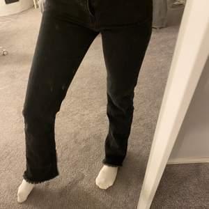 Jättefina jeans ifrån nakd i svart med slits nertill. Strl 34 men är mer som 36, är 170cm och det går ner till fötterna på mig🤍fraktar spårbart (63kr)