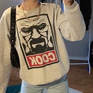 Säljer nu min snygga sweatshirt med ett coolt tryck på. Bra skick och sparsamt använd, inga fläckar <33 stl S lite oversize 🤍🤎 kom med ett bud i kommentarena , bud börjar från 200kr ! Eller köp direkt för 300kr !