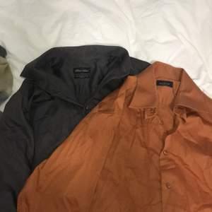 Två snygga oversized vintage skjortor! 1 för 75 och 2 för 100. Köparen står för frakt.