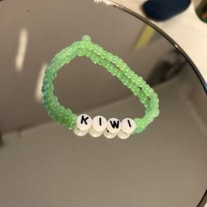 Ett grönt armband med texten kiwi inspirerat av Harry Styles låten. Ett armband för 25, två för 40 och tre för 50kr. Man kan även göra egna designs🦋🌍🌟