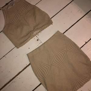 Jättefint glittrande set från Nelly! Toppen är fint insydd nedtill och kjolen har samma detalj längst ned på båda sidor 🥂  kan självklart posta detta, men köparen står för frakt 🌟