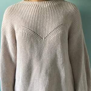 Gammelrosa stickad tröja från H&M trend med fina detaljer och öppen rygg. Lös passform. Mycket bra skick.