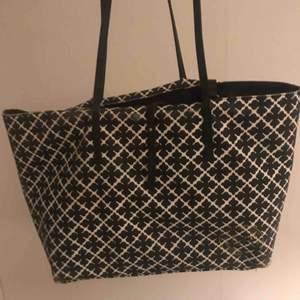 Säljer min By Malene Birger väska. Den är lite sliten vid kanten (som man ser på bilden) men annars är den hel och fin🥰