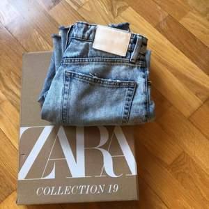 Säljer dessa super snygga zara jeans pga köpte i för stor storlek💞