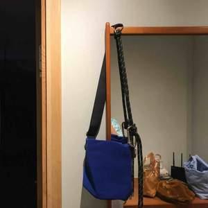 Blå axelbandsväska från Weekday. Aldrig använd så är som ny.