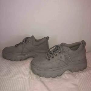 Ett par coola skor i ljusgrått från boohoo i storlek 38! Använda 2 gånger då de är lite försmå för mig som brukar ha 38,5 eller 39. Köparen står för frakten! Priset kan diskuteras!