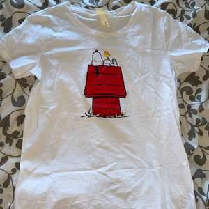 Supergulliga t-shirt med snobben på, den är köpt i november men har aldrig använts. Fungerar lika bra som en vanlig tröja som en mysig tröja. Verkligen suuperfin