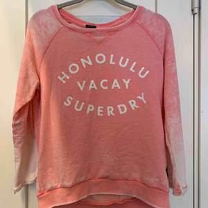 Säljer denna fina superdry tröjan! Den har trekvarts ärm och  den finaste rosa färgen. Lite nopprig men jag själv tycker bara det hör till den slitna stilen som den här tröjan har! 20+ 60kr frakt, priset kan diskuteras