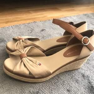 Beiga skor med kilklack från Tommy Hilfiger. Aldrig använda och i mycket fint skick. Normala i storleken.