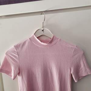 Använd någon gång bara! 🥰 En tajt rosa tröja som är lite randig (se tredje bilden) med halvpolo, köpt på Zara 💗