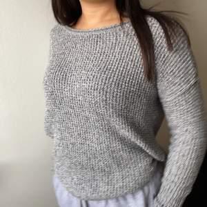 Grå stickad tröja i strl XS från Hollister som inte kommit till användning då jag har många liknande. Säljer för 50kr + frakt.💕