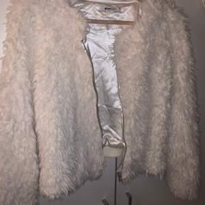 Fuskpäls jacka från Gina Tricot i storlek XS. Använd bara en gång, väldigt fin skick. 💞 köparen står för frakt