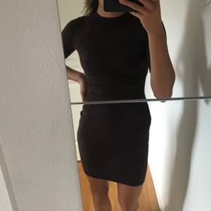 Säljer en klänning från Gina, storlek XS men funkar även på mig som har S. Den är slutsåld, köpare står för frakten❤️ Bra skick