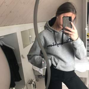 Säljer denna grå champion hoodien i stl xs. Nypris 750kr. Säljer för 150kr+frakt