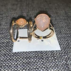 Två par guldiga jätte fina ringar med stenar på 15 st eller 30kr för båda_ frakt tillkommer 🤍🧸