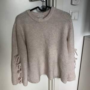 Jätte fin stickad tröja från Zara med knytning i ärmarna. Bra skick. Dåligt ljus på bilden dock.
