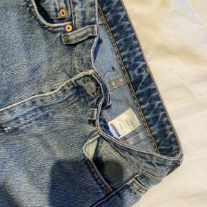 Weekday jeans i nyskick i modellen ACE. Storlek 24/32 vilket motsvarar ungefär XS. Säljer då jag tyvärr inte får användning av dom! 💕💕