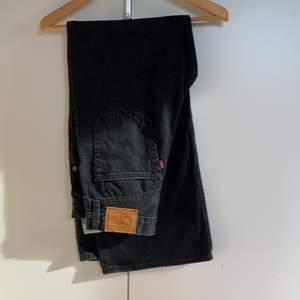 Levis jeans i wide leg model, jätte bra skick o sällan använda! Skulle säga att dem passar båda s och m. Buda gärna 🥰 nypris (1200)