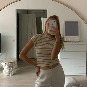 Randig T-Shirt från Monki i storlek S, sitter jättebra och bekväm 🥰 Frakt tillkommer✨