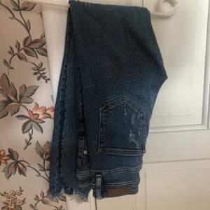 Blåa jeans med slitningar ifrån bikbok, jätte sköna och snygg passform :) strl 27 passar mig som är ungefär 168 - 170 cm