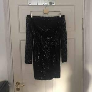 Säljer denna ursnygga klänning från DM retro, då den inte används. Helt oanvänd endast testad, köpt för 800kr, vid frakt står köparen för frakt kostnaden.