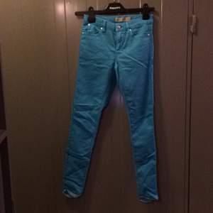 Topshop jeans i så snygg turkos färg! Använda en gång. Köparen betalar frakt eller upphämtning i Upplands-Bro :)
