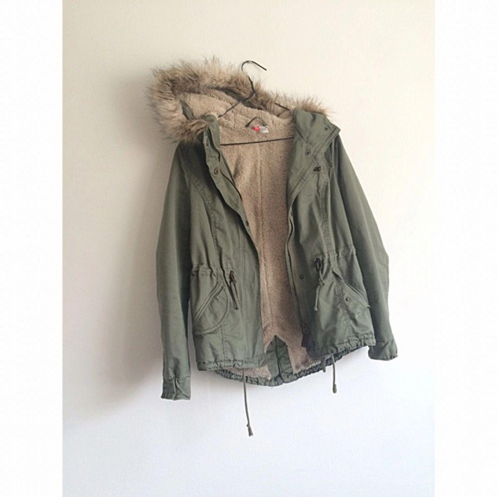 Snygg vinterjacka från H&M, knappt använd! Frakt 70kr✨. Jackor.