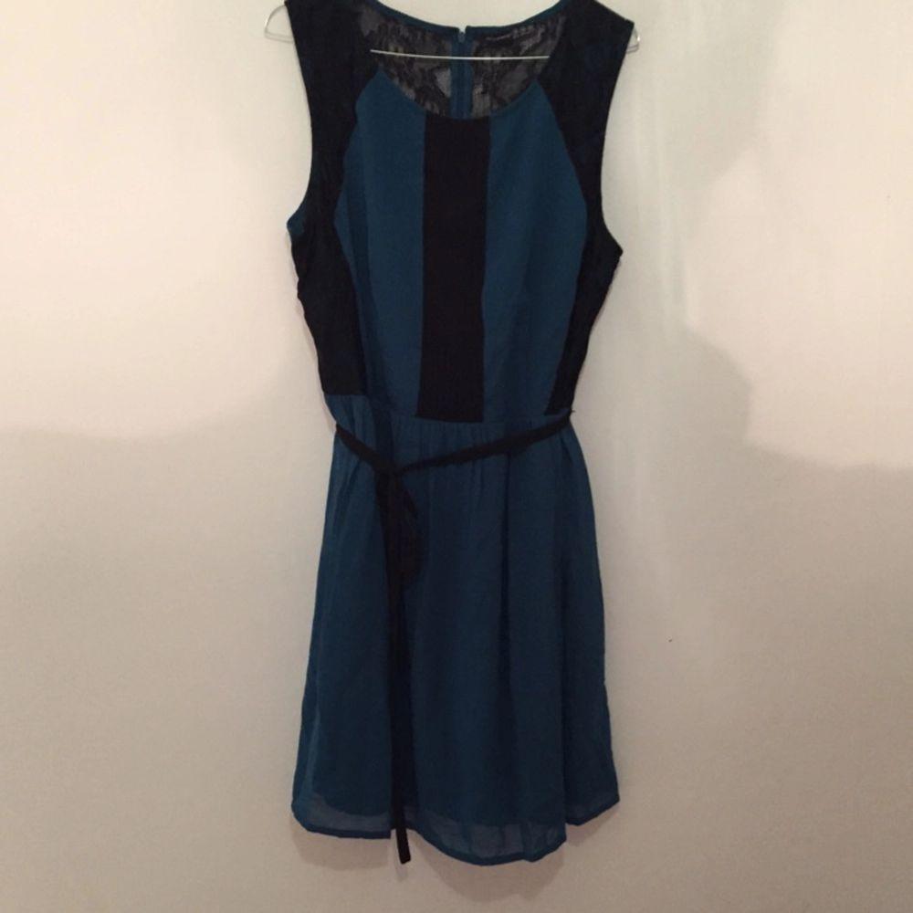 Fin klänning köpt i London med knystband. Storlek 44. Skulle dock själv säga att det är storlek 40/42. Aldrig andvänd. . Klänningar.