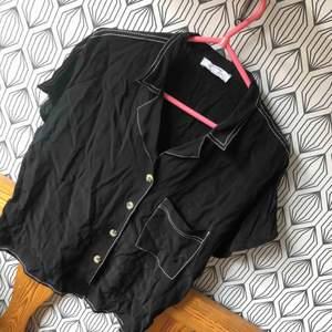 Svart kort blus/skjorta från Bershka, perfekt skick, aldrig använd bara testad. Storlek L, exklusive frakt