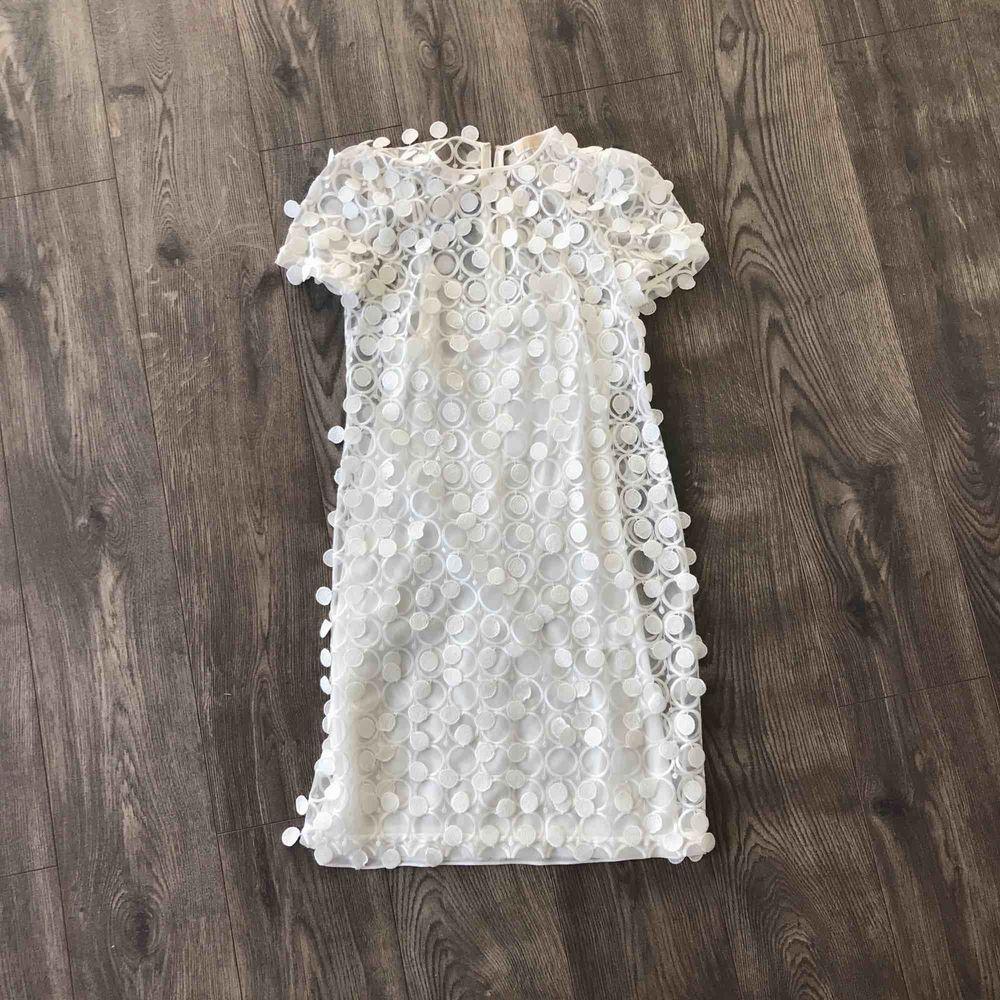Säljer min fina Michael Kors klänning i storlek 34/36. Köpte den från NK för 2900 och säljer den nu för bara 1000 kr.   Perfekt för alla tillfällen och speciellt för student!  Färg: Vit.. Stickat.