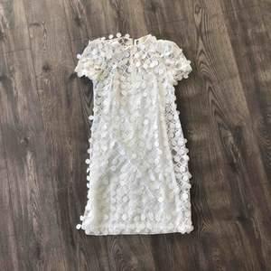 Säljer min fina Michael Kors klänning i storlek 34/36. Köpte den från NK för 2900 och säljer den nu för bara 1000 kr.   Perfekt för alla tillfällen och speciellt för student!  Färg: Vit.