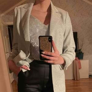 Glittrigt linne & blazer från NA-KD! Linnet är aldrig använt & blazern är använd 1 gång. 🦋Linne: strl 36 🦋Blazer: strl 34 🦋Linne: 100kr 🦋Blazer: 300kr  Frakt står köparen för!
