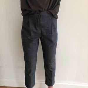Jättefina kostymliknande byxor från monki. Aldrig använda då de är lite förstora för mig.