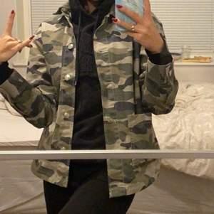 Säljer min sjukt coola militärjacka då jag endast använt den 2 gånger och sedan fått stå i garderoben. Den är i storlek XS/S.