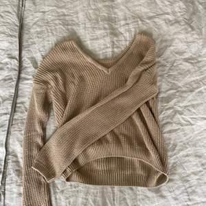 Säljer den sköna stickade tröjan som man kan ha på två håll. Antingen är den vringad fram eller i ryggen. Säljs då den inte passar mig. Finns även en likadan som jag säljer i svart