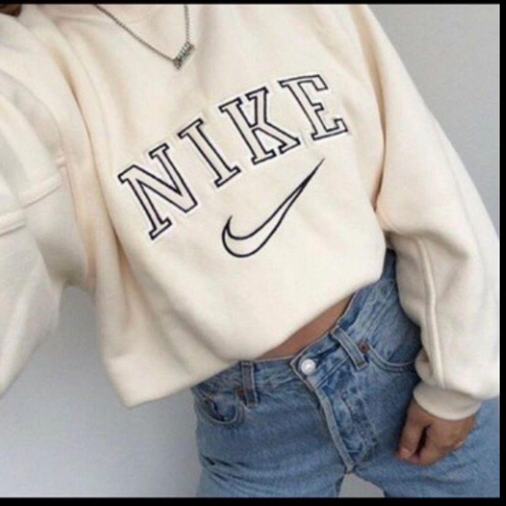 INTRESSEKOLL gör en intressekoll på min Nike sweatshirt i färgen cream och strl XXL egna bilder kan fås vid intresse och den är äkta. Säljer endast vid bra bud då jag fortfarande använder den🙈 BUDA I KOMMENTARERNA!💕💕 högsta bud just nu: 2300kr. Tröjor & Koftor.