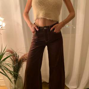 Vida bruna jeans med vita sömmar. Perfekt för hösten.