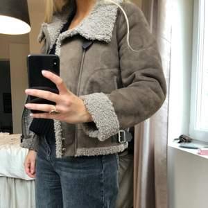 Säljer denna snygga jacka som passar bra nu till hösten! Storleken är S men skulle passa för en M också!💞säljer för 250 + frakt!