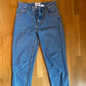 Säljer dessa snygga mom jeans från zara. Säljer dessa då de är försmå för mig. Höga i midjan och rakare i modellen  Frakt: 88kr🥰
