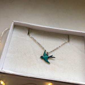 Ett halsband (äkta silver!!) med handgjord liten blå fågel 🐦 frakt tillkommer