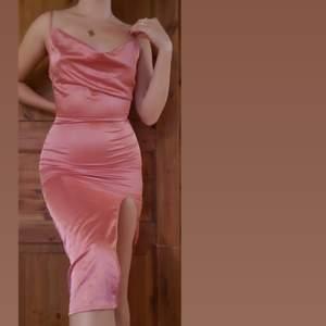 Jättefin oanvänd sidenklänning! Var för liten för mig så måste tyvärr sälja vidare. Passar en XS/S eller 34/36. Har justerbara axelband