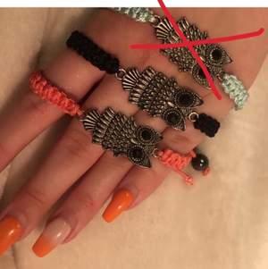 Två armband i fina färger, köpta i Spanien. Den rosa har tråden gått upp lite på men man kan forfarande justera storleken. Frakt tillkommer på 11 kr. Hör av dig vid frågor eller om du vill ha fler bilder🦉