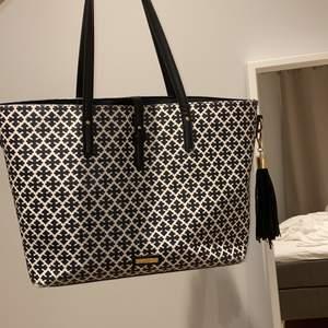 Superfin väska från NYPD! Har tyvärr blivit dags att sälja denna fina vöska pga används ej längre. Handtagen har skavts lite på och de e lite skavt på någon kant där nere på väskan (kan ses på bilden) men i övrigt i superfint skick!!