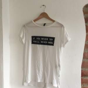 Fin t-shirt med liten slit i sidan. Fraktkostnad tillkommer ✨
