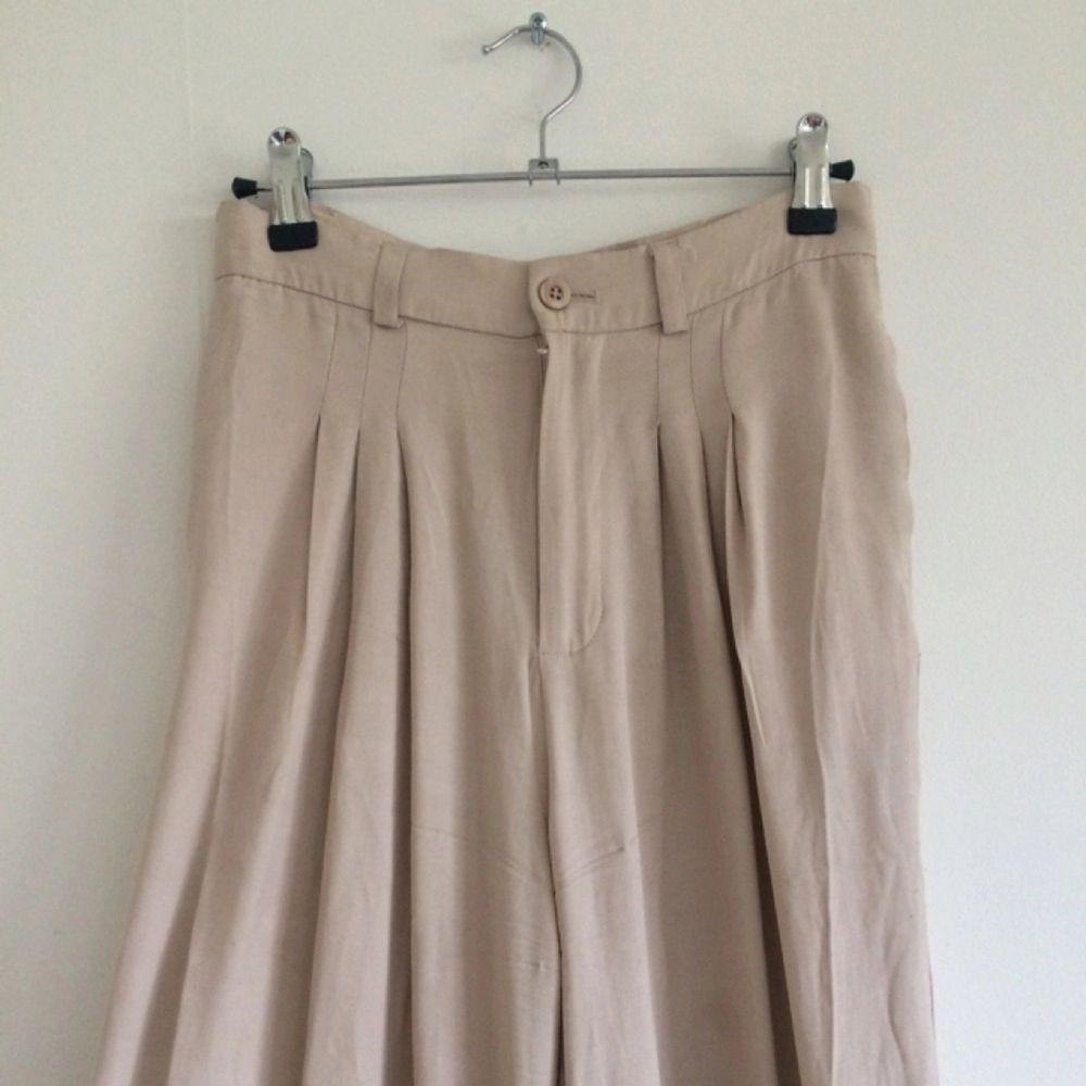 Ett par superfina, silkiga byxor från Rodebjer! Plisserade upptill och de skönaste byxorna du någonsin kommer ha på dig!!. Jeans & Byxor.
