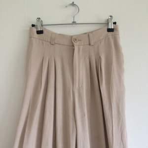Ett par superfina, silkiga byxor från Rodebjer! Plisserade upptill och de skönaste byxorna du någonsin kommer ha på dig!!