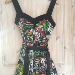Insydd Hell Bunny klänning från Shock!🖤 Använd två ggr och passar XS som insydd och S om man sprätter up den.✨ Köpare står för frakten